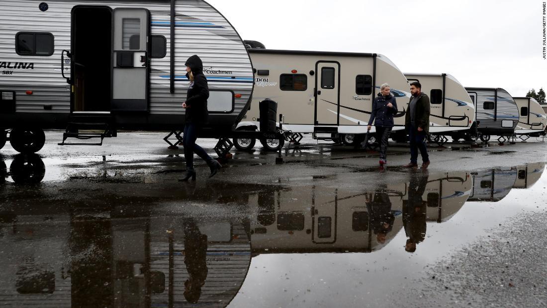 Πόλεις να ρυμουλκούμενα και σκηνές για να βοηθήσει τους άστεγους