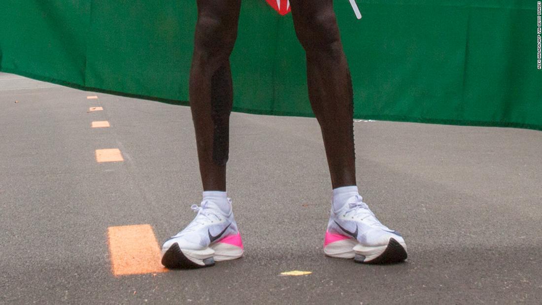 Ρεκόρ Nike παπούτσια κάτω από έλεγχο