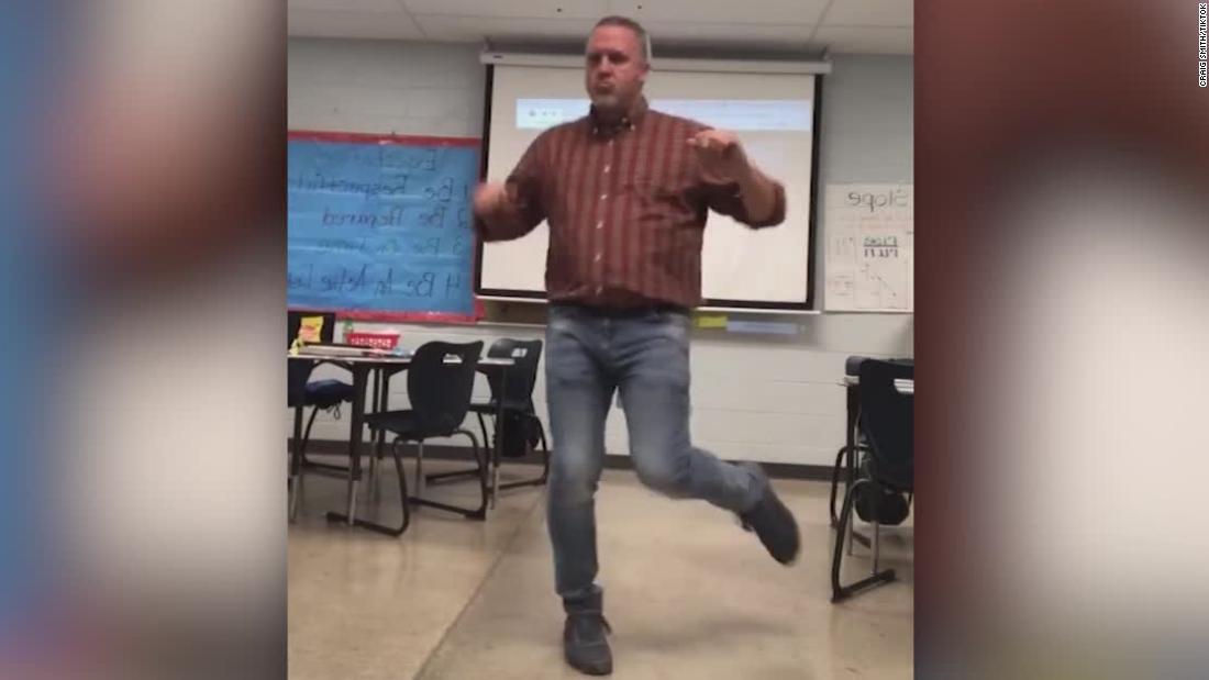 Δάσκαλος πηγαίνει ιογενή με το TikTok χορευτικές κινήσεις
