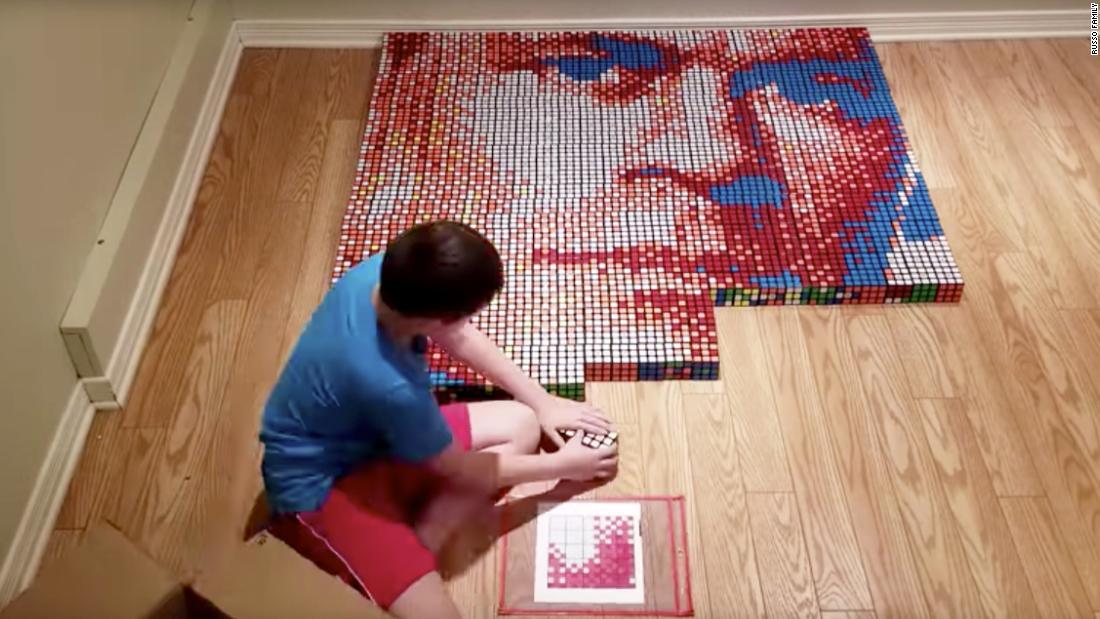 Το παιδί δημιουργεί το πορτρέτο του John Cena με 750 Κύβους του Ρούμπικ