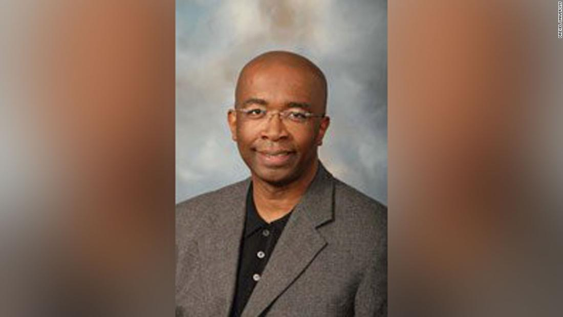 Πρώην καθηγητής, που κατηγορείται για τις δαπάνες $185,000 επιχορήγησης χρήματα για διαβρωτικά, αθλητικά μπαρ και το iTunes