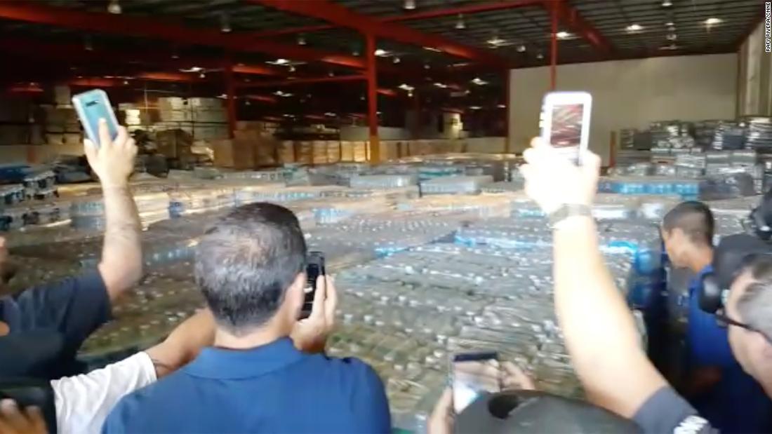 Puerto Rican Beamten beginnen, die Verteilung Hurrikan Lieferungen im Lager gefunden