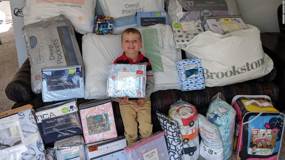 五歳の男の子た寝具彼の誕生日に寄贈するとともに子供が必要