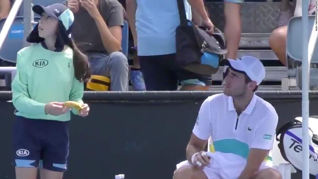 Tennis-Spieler sagten ab, indem Sie Schiedsrichter für die Nachfrage ball Mädchen seine Banane zu schälen