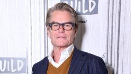 Harry Hamlin dit que jouer un homme gay dans un film de 1982 a nui à sa carrière