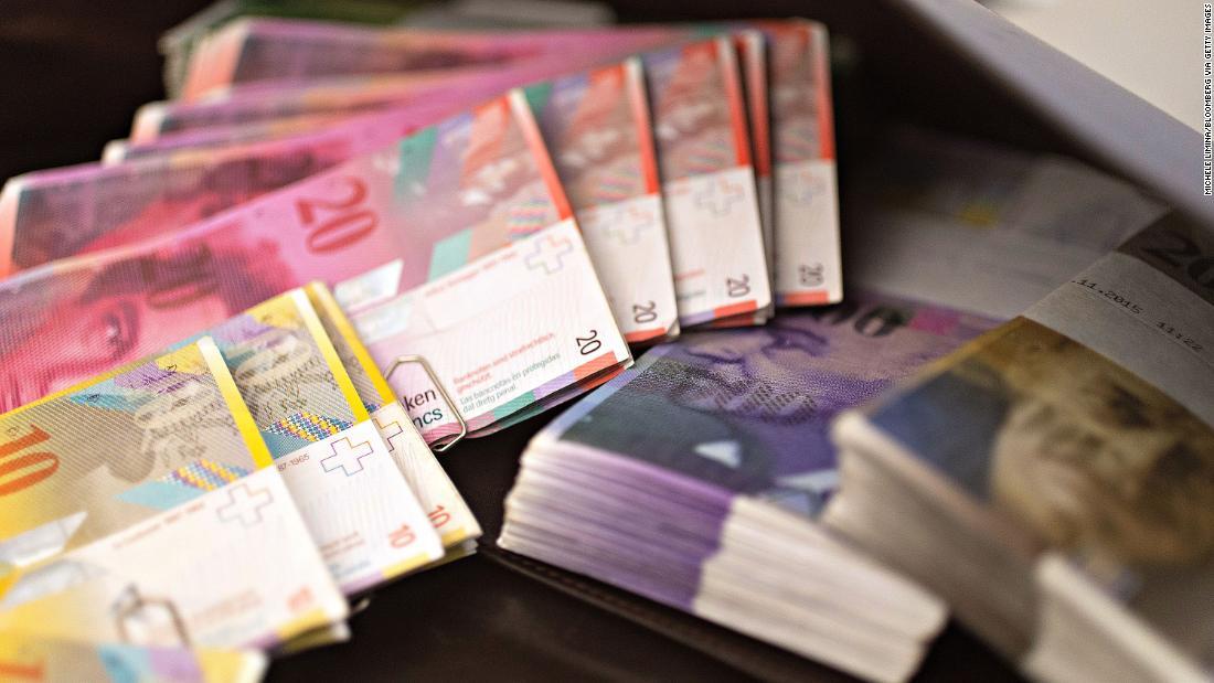 Die reichen haben genug von negativen Zinsen. Einige ziehen Geld aus den Schweizer Banken