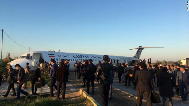 Pesawat Penumpang Tergelincir dari Landasan Pacu, Masuk ke Jalanan Kota