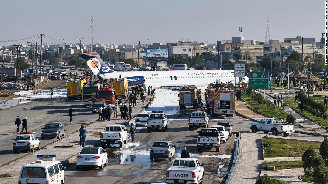 Ιρανικό επιβατικό αεροπλάνο ξέφυγε από το διάδρομο σε ένα δρόμο της πόλης, και κανείς δεν τραυματίστηκε