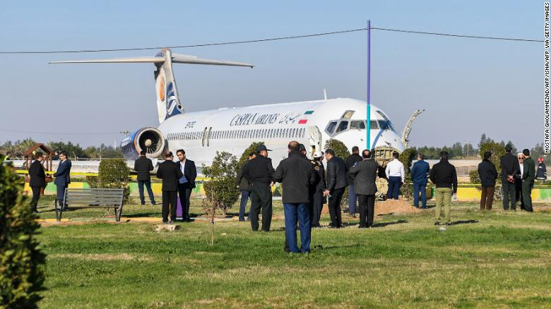 Все 135 человек на борту самолета были благополучно эвакуированы.
