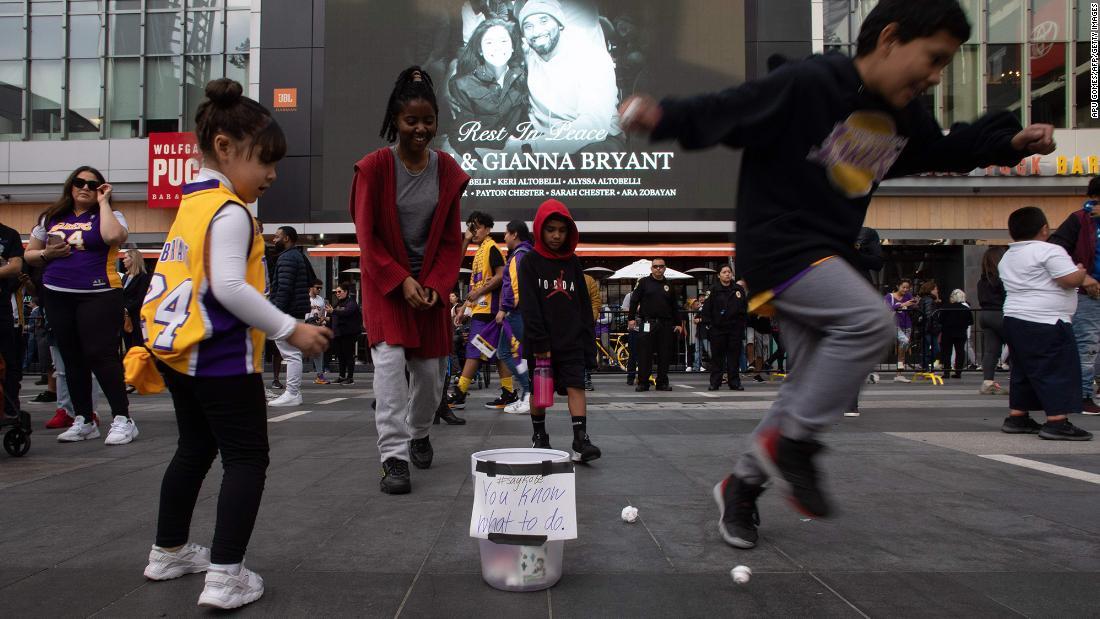 Θρύλο του ΝΒΑ, είναι φίλαθλοι συγκεντρώνονται στο LA plaza φωνάζει