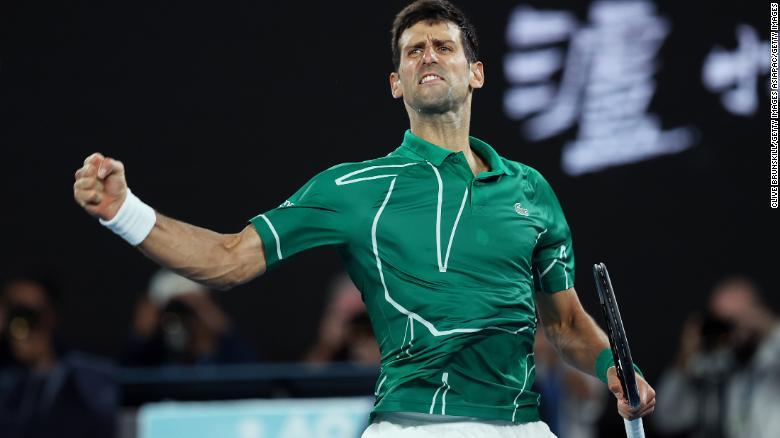Новак Джокович празднует победу после победы во втором сете над Роджером Федерером.