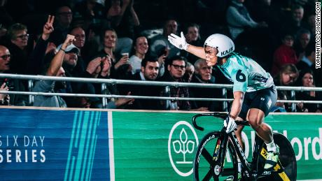 Esow played to the packed crowd at the Berlin Velodrome with showman antics.
