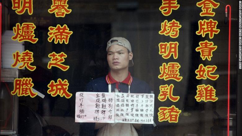 Un dipendente di un ristorante Chinatown vuoto a Chicago il 24 aprile 2003, mentre i timori per l'epidemia di SARS tenevano lontani i clienti.