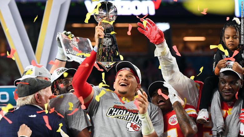 กองหลังของเมืองแคนซัส Patrick Mahomes ยก Vince Lombardi Trophy หลังจากหัวหน้าเอาชนะซานฟรานซิสโก 49ers 31-20 ใน Super Bowl LIV เมื่อวันอาทิตย์ที่ 2 กุมภาพันธ์