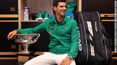Novak Djokovic se pozează în vestiar după ce a câștigat cea de-a opta finală a Australian Open.