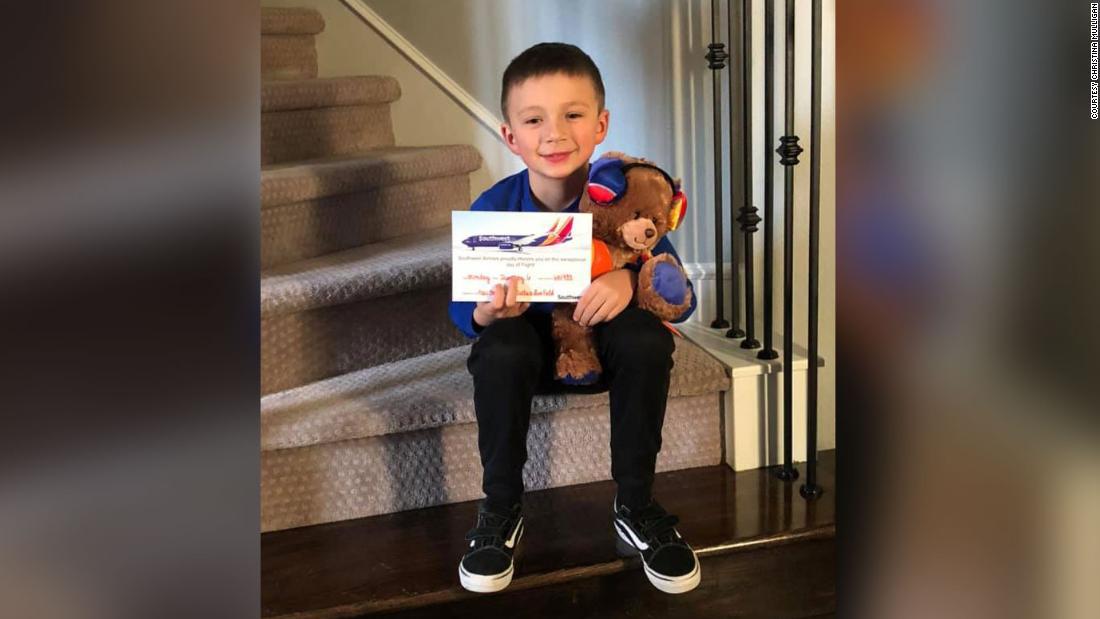 Ein junge, der Links seinen Bären in ein Flugzeug bekam einen geputzten Ersatz von der airline