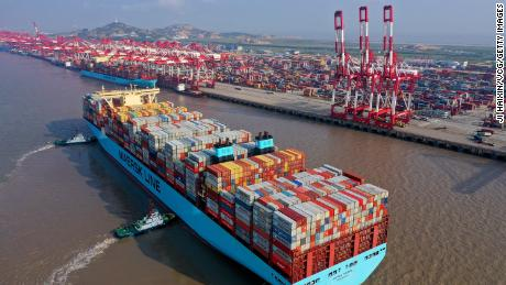 Des remorqueurs guident un porte-conteneurs Maersk au port en eau profonde de Yangshan, à Shanghai.