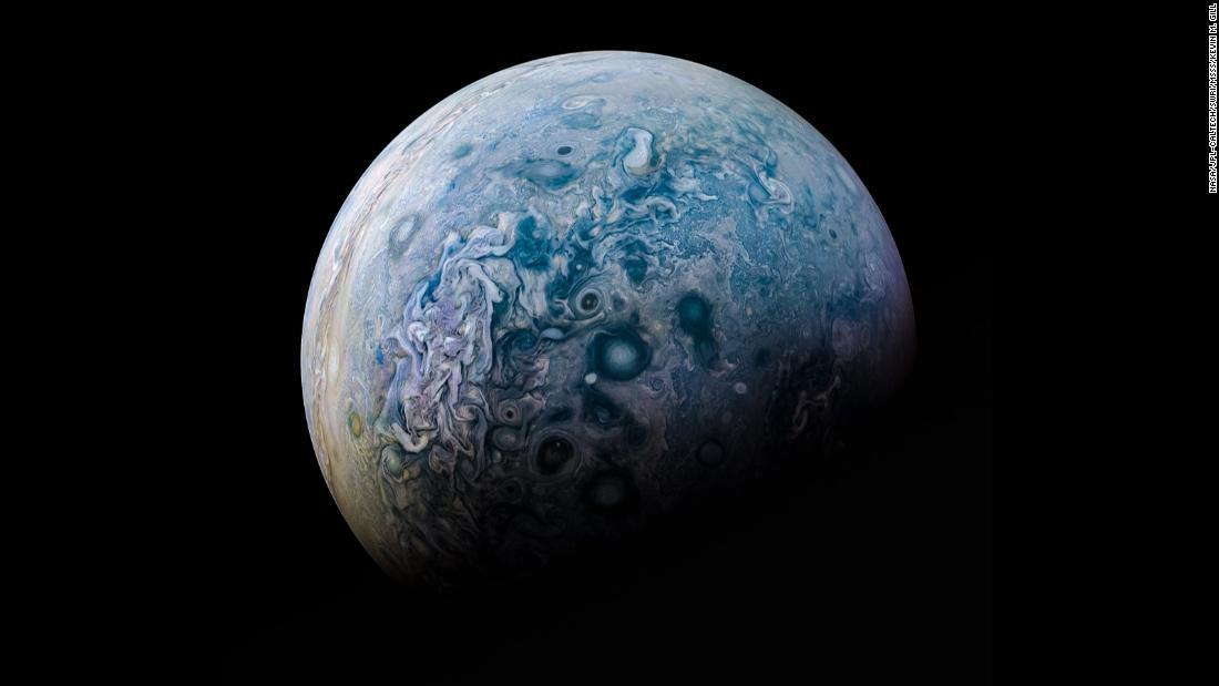 Uma imagem composta do pólo norte de Júpiter, tirada pela JunoCam em 2016 e processada pelo cientista cidadão Kevin Gill.  A CNN pediu a Gill para compartilhar algumas de suas imagens favoritas nas quais ele trabalhou em várias missões espaciais.  & lt; em & gt; Role pela galeria para descobrir mais. & lt; / em & gt;