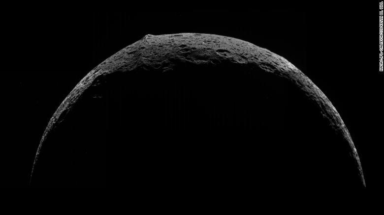 Juu kushoto, mtazamo wa mwanzo wa mlima wa ikweta juu ya mwezi wa Saturn Iapetus, uliochukuliwa na Cassini mnamo 2007.