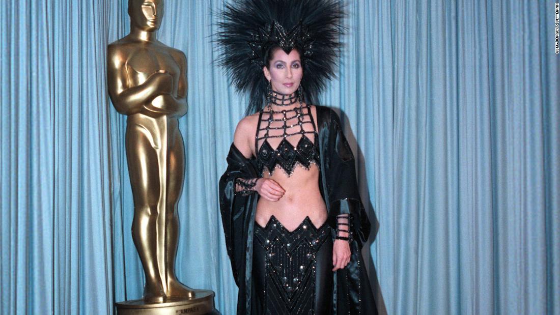Denken Sie daran, wenn Cher trug einen hoch aufragenden Feder Kopfschmuck bei den Oscars 1986?