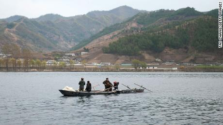 Les Nord-Coréens font du bateau dans la rivière Yalu, la rivière frontalière partagée avec la Chine, à Qingcheng, en Corée du Nord, vue de la frontière le 29 avril 2019 à Dandong, en Chine.