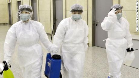 Samedi, le personnel de quarantaine en équipement de protection est représenté à l'aéroport international de Pyongyang.
