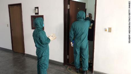 Les agents de santé examinent les températures des étrangers lundi à l'aide d'un équipement d'imagerie thermique dans la zone diplomatique de Pyongyang.