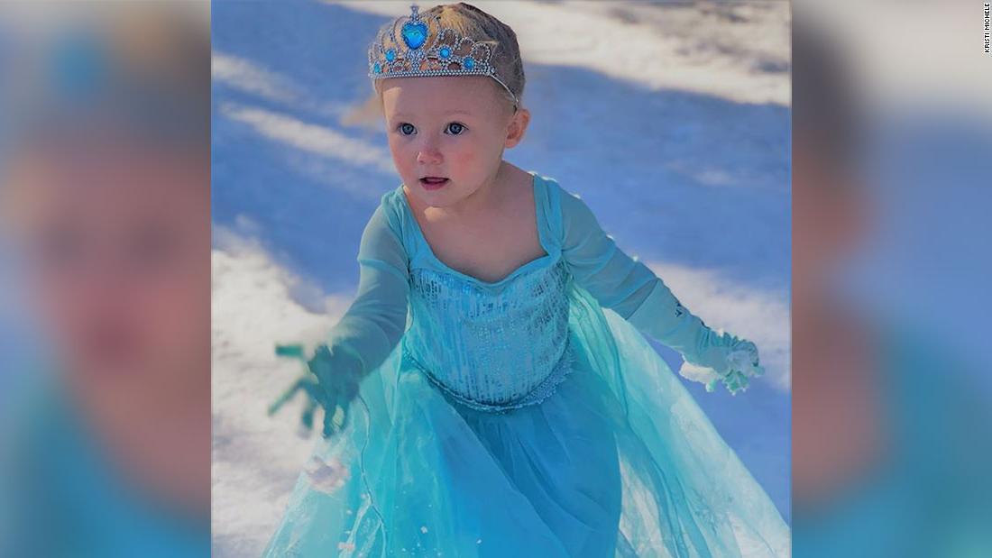 Το παιδί ξέσπασε σε τραγούδι μετά από να δει το πρώτο χιόνι