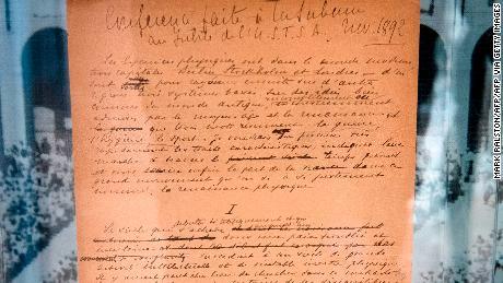 Le manifeste olympique original, écrit en 1892 par Pierre de Coubertin, est présenté au public chez Sotheby's à Century City, Californie, le 23 octobre 2019.