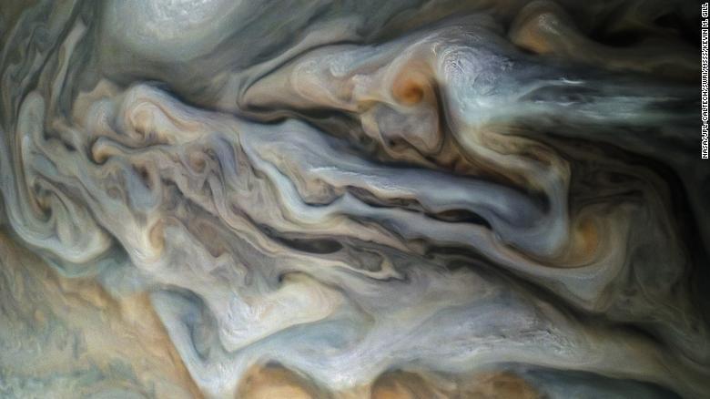 Uma vista das nuvens superiores de Júpiter, tiradas pela JunoCam no perijove 16 da missão Juno.