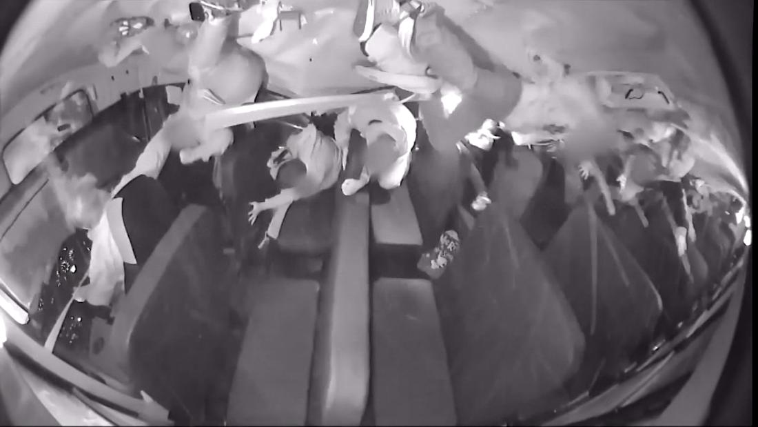 Video zeigt moment Schulbus überschlägt