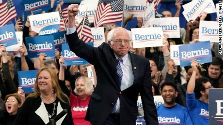 Sanders (I-VT) sobe ao palco com sua esposa Jane O Meara Sanders durante um evento noturno primário em 11 de fevereiro de 2020 em Manchester, New Hampshire.
