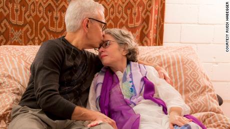 Dans une pièce exiguë à l'étranger, David Shepler dit au revoir à la femme qu'il aimait depuis plus de 16 ans. Peu de temps après, Cindy a tourné un cadran, libérant des médicaments dans sa circulation sanguine qui mettraient fin à sa vie.