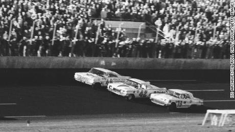 Winner Lee Petty (No. 42) edges his Oldsmobile past the Ford Thunderbird of Johnny Beauchamp (No. 73) to win the first Daytona 500.