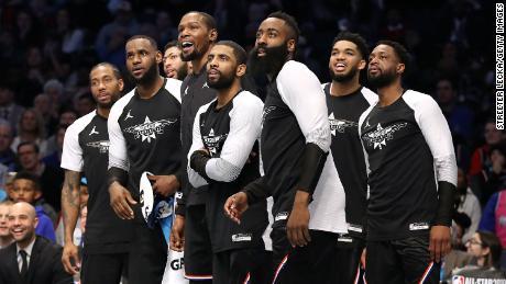 Il membro del team 2019 LeBron osserva la partita con stupore.