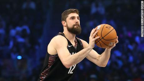 Joe Harris delle Brooklyn Nets ha girato durante il contest MTN DU 3 point nell'ambito dell'All-Star Weekend NBA 2019.