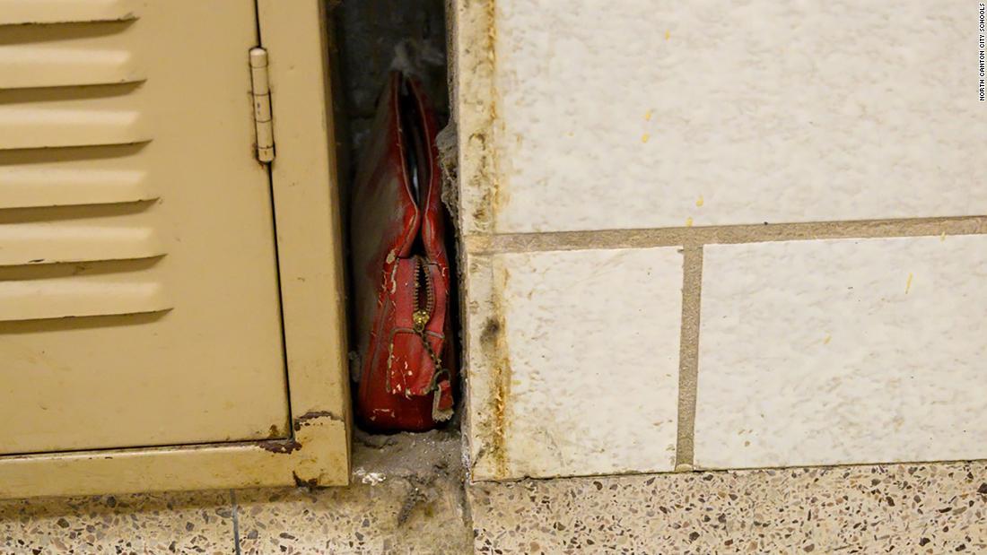 Eine verlorene Geldbörse von 1957 entdeckt wurde innen eine Wand ein Ohio-Schule
