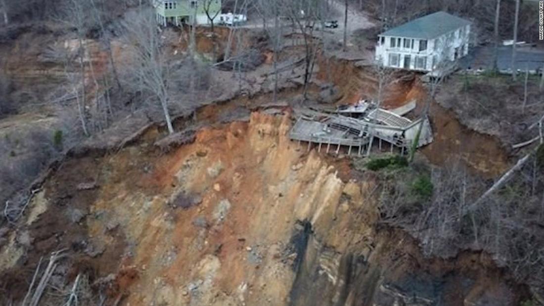 Melihat rumah runtuh di longsor