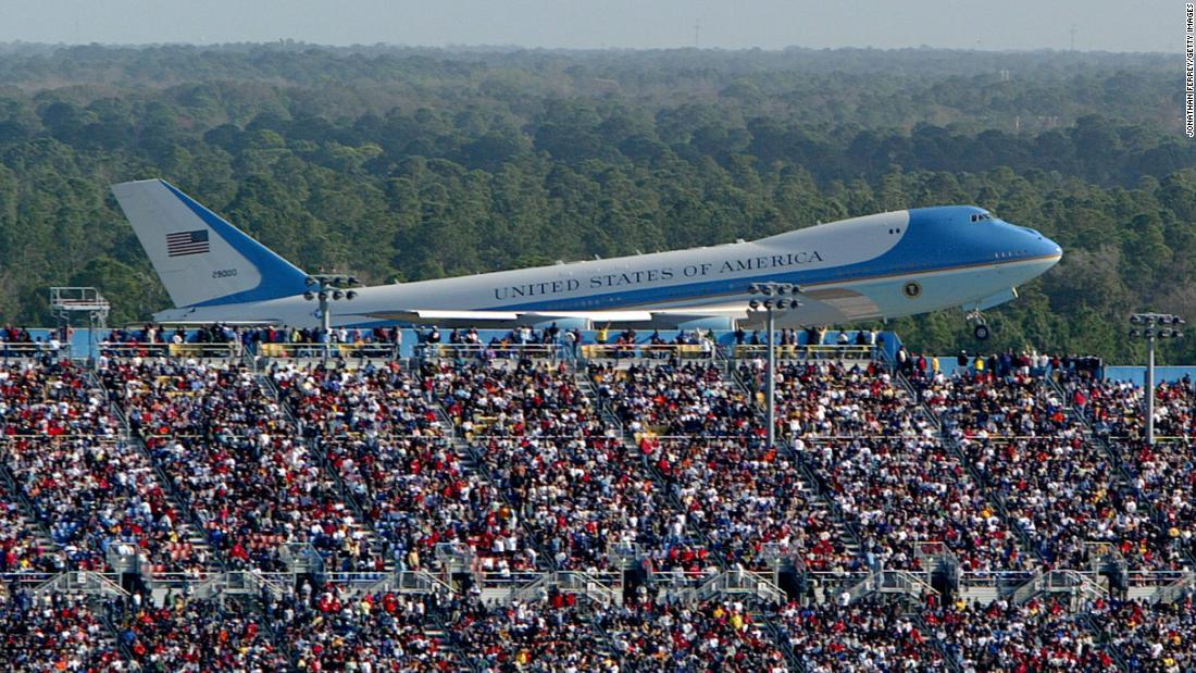 Trump manajer kampanye menghapus Air Force One foto setelah menyadari itu dari tahun 2004