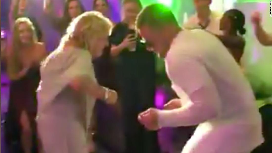 Video von J. J. Watt tanzen mit seiner Oma nimmt die internet durch storm