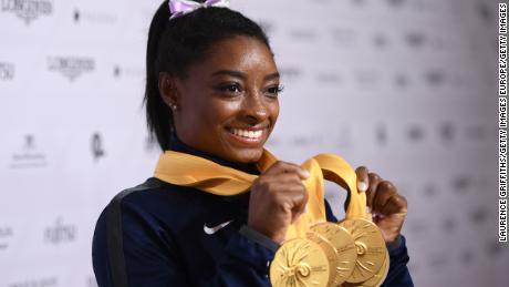 Simone Biles își arată călătoria cu medalia la campionatele mondiale.