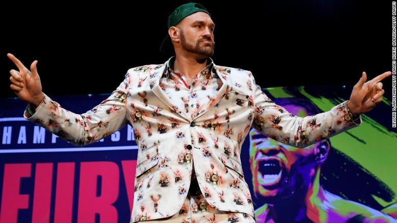 Tyson Fury โพสท่าระหว่างการประชุมสื่อก่อนการแข่งขัน Deontay Wilder