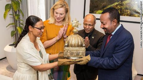 Ethiopia's Prime Minister Abiy Ahmed receives the 18th-century crown from the Dutch.