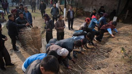 Pemanah merebut kembali panah mereka di tanah tembak teer di Shillong, India.