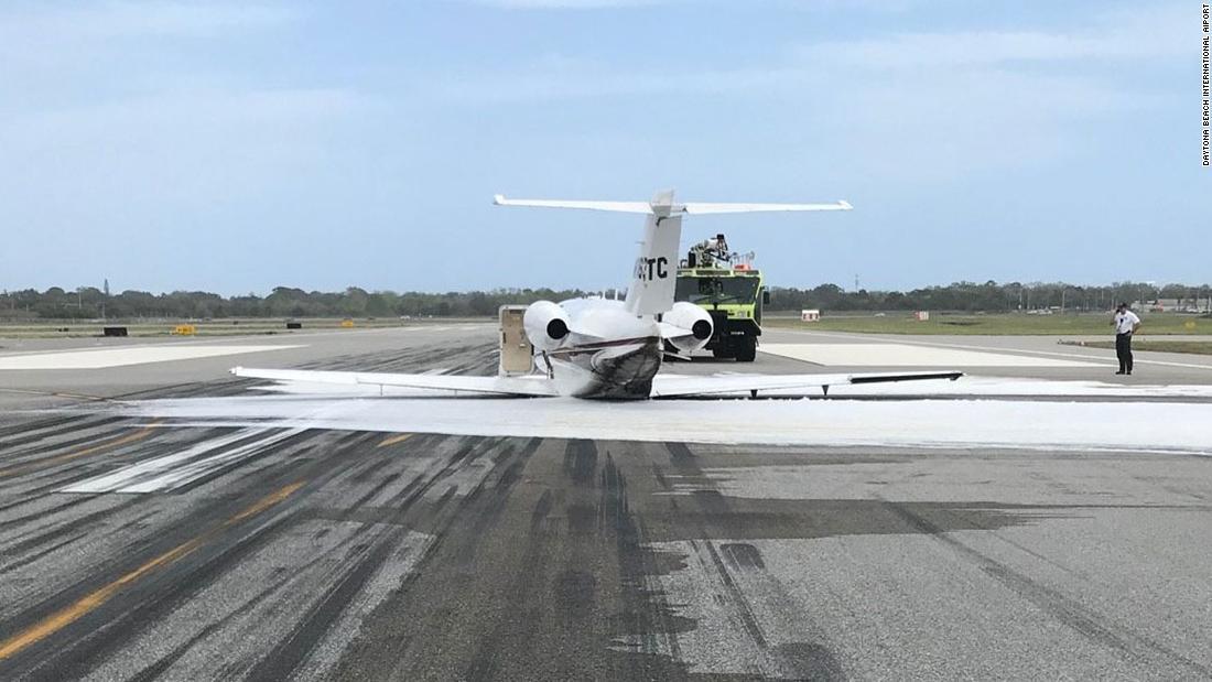 Eine kleine privat-jet rutschte nach unten eine Start-und Landebahn in Daytona Beach ohne Fahrwerk. Niemand wurde verletzt