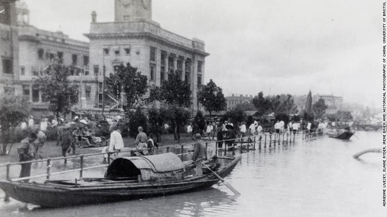 Сампани от Hankou Bund по време на наводненията през 1931 г. в Ухан.