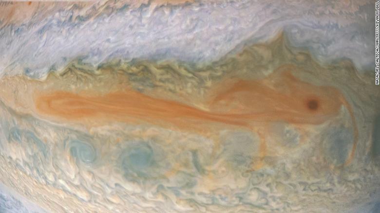 Uma formação semelhante a um peixe koi nas nuvens superiores de Júpiter, capturada em cerca de 24 da missão Juno.