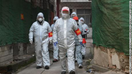 Volunteers visit a community in Jiang'an District of Wuhan to search for confirmed or suspected patients at home.