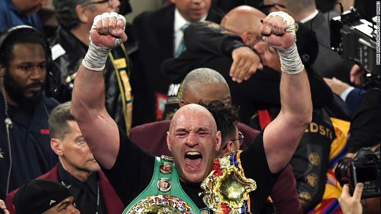 นักมวยชาวอังกฤษ Tyson Fury เฉลิมฉลองหลังจากเอาชนะนักมวยสหรัฐฯ Deontay Wilder