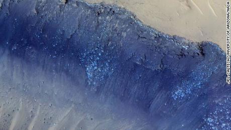 Les plus gros tremblements de terre observés par NASA Insight semblent provenir d'une région de Mars appelée Cerberus Fossae, imagée par la caméra HiRISE sur Mars Reconnaisance Orbiter de la NASA.